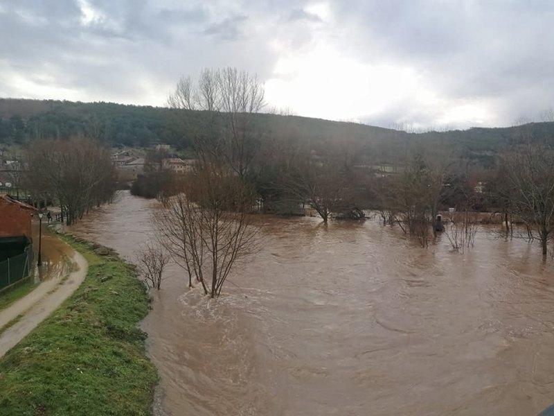 Los vecinos de Molinos, con el agua hasta las rodillas